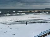 piękno zimowej plaży w Kołobrzegu